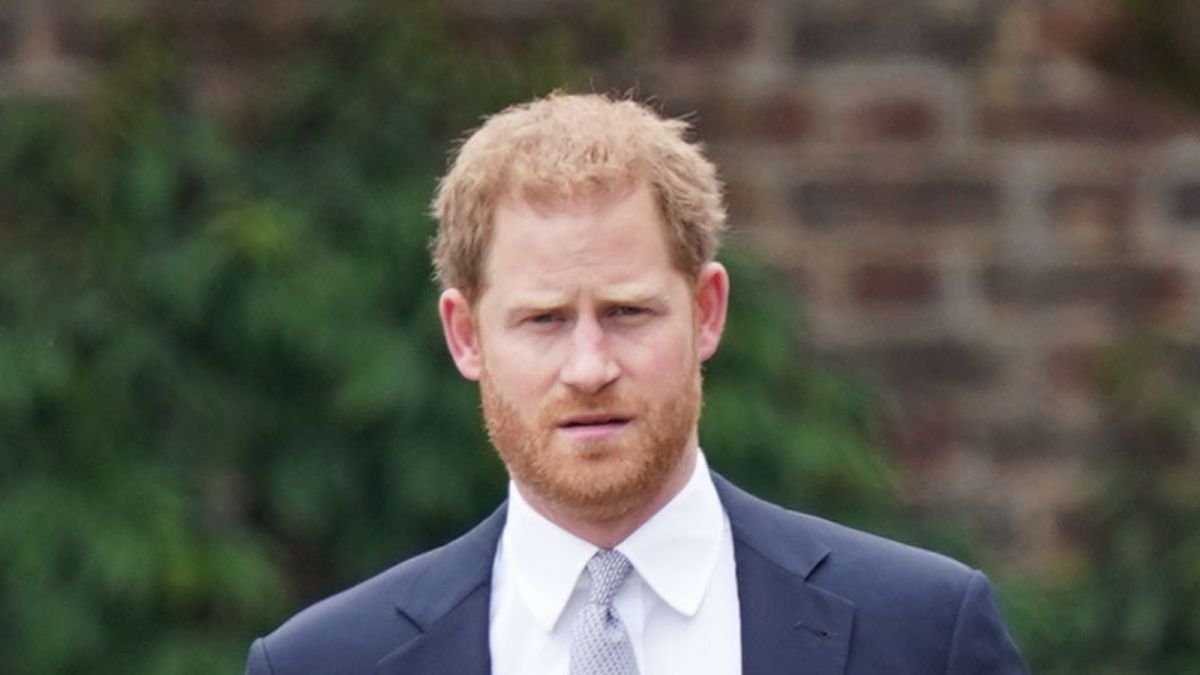 Prince Harry returns to US to support Meghan Markle after family death