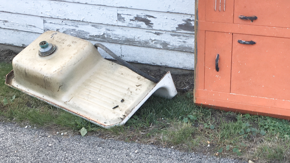 A DIYer found a farmhouse sink in an alley, and what she did with it is truly stunning