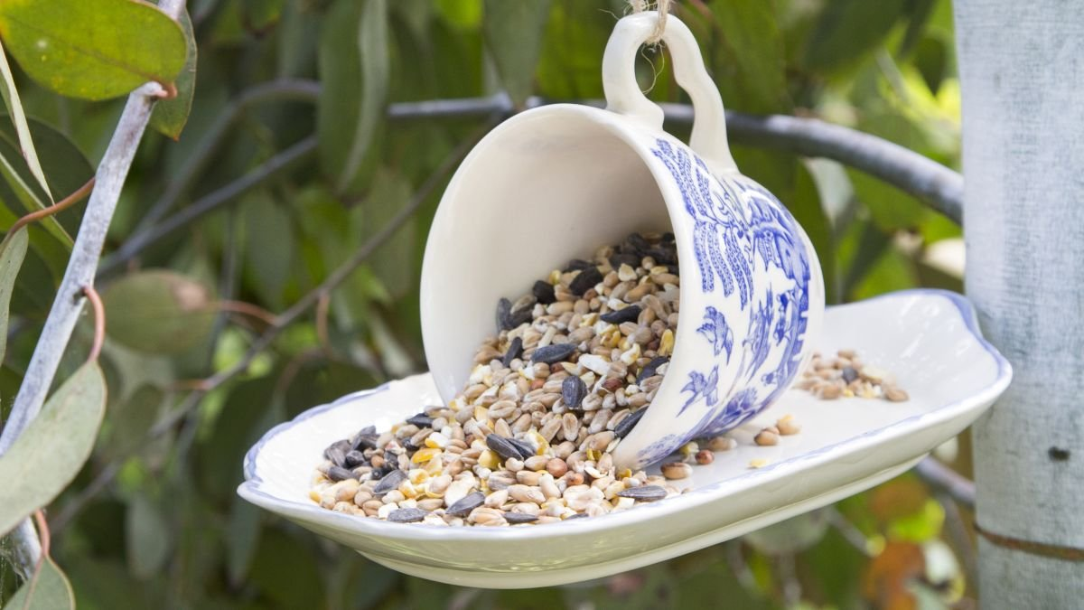 Upcycling project: make this pretty vintage style bird feeder