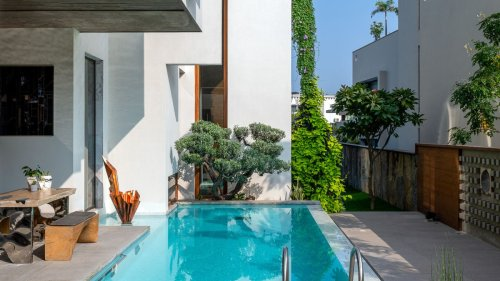 Small backyard pool ideas – how to squeeze a swimming pool into a tiny space