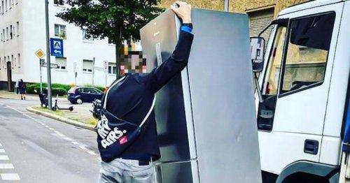 Betrunkener Mann will Kühlschrank per E-Scooter transportieren