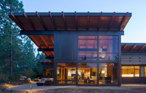 Tumble Creek Cabin: A Vacation Home with Modern Architecture and Rustic Materials