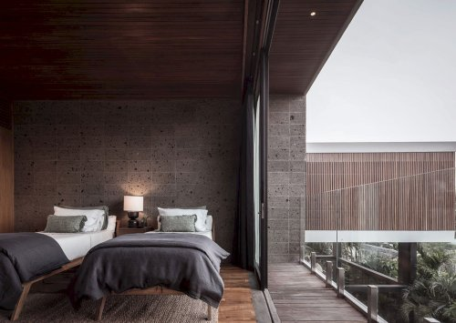 River House: A Five-Bedroom Residential Home with A Sense of Timelessness