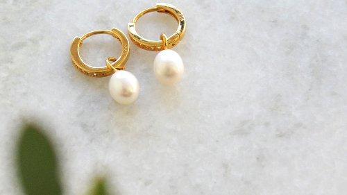 Diesen Frühling liegen Perlenohrringe im Trend