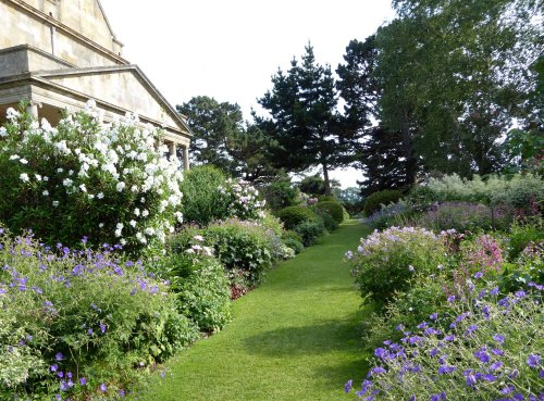 10 Garden Ideas to Steal from the Cotswolds - Gardenista