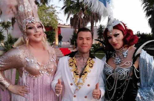 """Drag Queen nel video di Mille, la denuncia di Paola Penelope: """"Nessun rispetto per il nostro lavoro"""" - Gay.it"""
