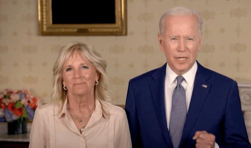 """Joe e Jill Biden celebrano il Pride Month: """"Onoriamo il coraggio e l'amore LGBT"""" - il video dalla Casa Bianca - Gay.it"""
