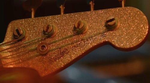 Wow: Dieser Fender-Bass ist teils fretless und hat Fuzz-Effekt und Stutter verbaut