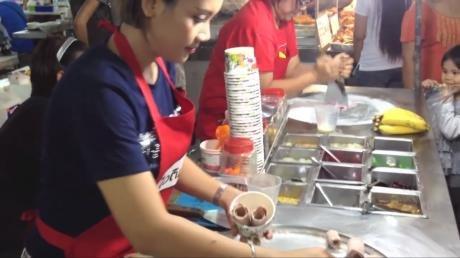A incrível técnica de uma sorveteira tailandesa