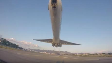Aeroporto di St Martin: l'aereo decolla e sfiora un turista