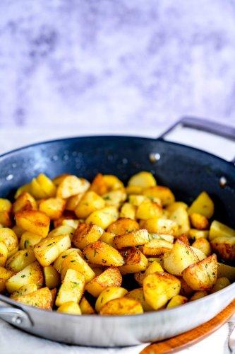 Rosmarinkartoffeln aus der Bratpfanne - Rezept von Gernekochen.de