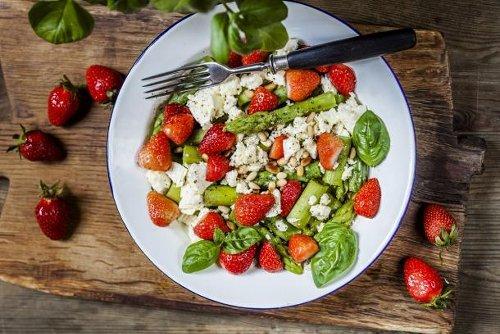 Frisch und knackig: Erdbeer-Spargel-Salat mit Feta