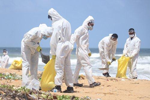 L'esercito dello Sri Lanka rimuove i detriti sulla spiaggia di Moratuwa