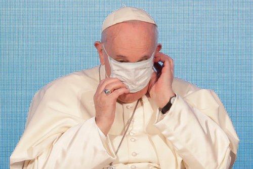 Papa Francesco si aggiusta la maschera