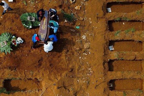 Cimitero per vittime di Covid a San Paolo, Brasile
