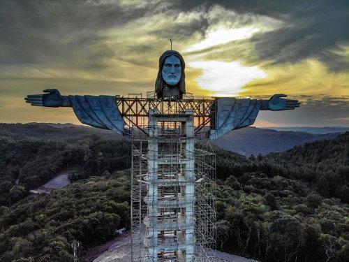 Costruzione della statua del Cristo Protettore a Encantado in Brasile