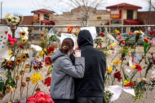 Omaggio alle 10 persone uccise in una sparatorio in un spermercato a Boulder, Colorado
