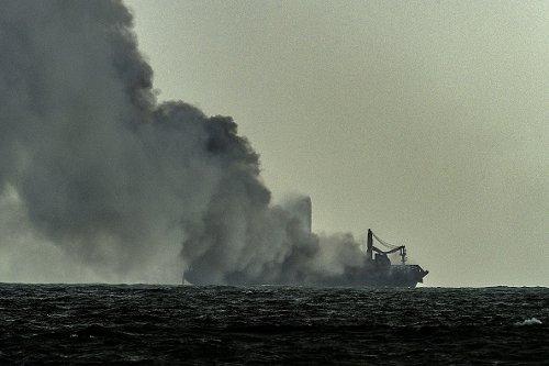 La nave MV X-Press Pear brucia per il nono giorno consecutivo al largo del porto di Colombo dello Sri Lanka