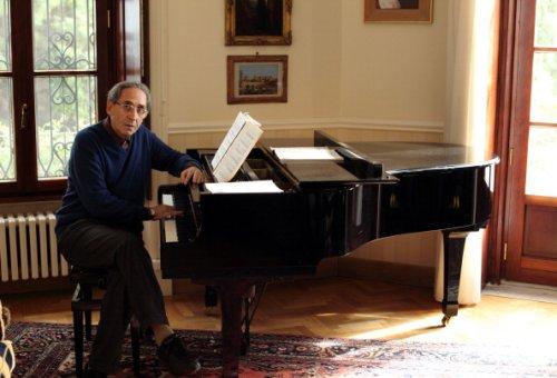 Franco Battiato posa per un'intervista nella sua casa di Milo, 2009