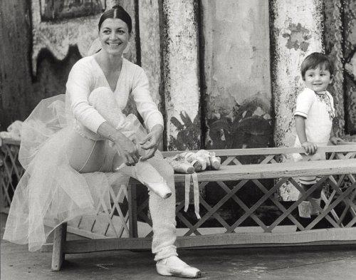 Carla Fracci e il figlio Francesco, al Castello Sforzesco di Milano, 1973