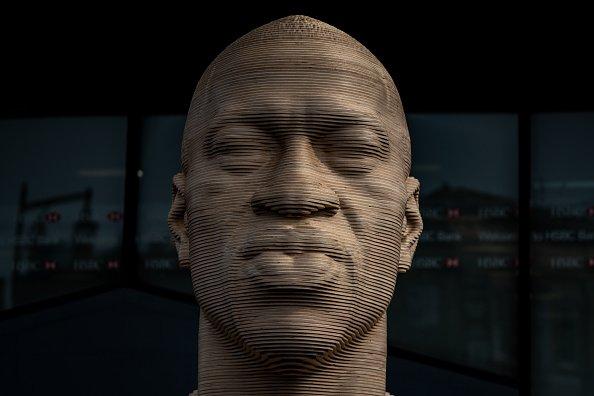 Una statua eretta a Brooklyn in ricordo di George Floyd