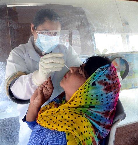 furgone per i tamponi nasali ad Amritsar, India