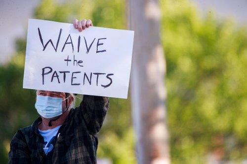 I manifestanti chiedono la fine dei brevetti sui vaccini