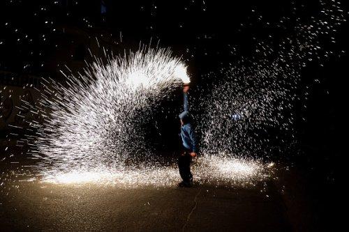 Un giovane palestinese festeggia l'inizio del Ramadan