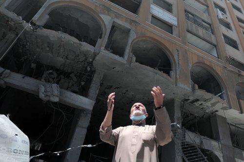 Un uomo palestinese tra le macerie della torre Al-Jawhara a Gaza