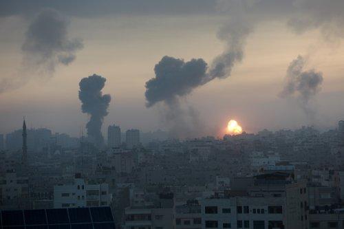 Il fumo si alza dopo un attacco aereo israeliano a Città di Gaza