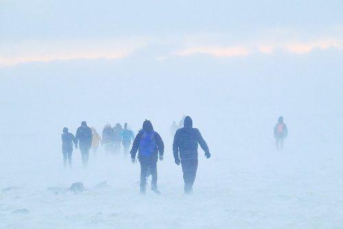 Escursionisti camminano verso le colate di lava dal vulcano Fagradalsfjall