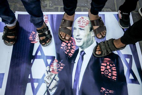 Manifestanti calpestano il ritratto del nuovo primo ministro israeliano, Naftali Bennett