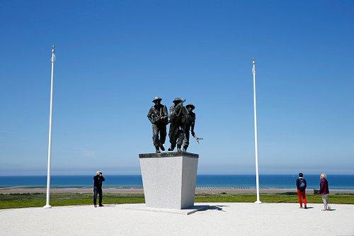 Alcune persone in visita la Memoria della Normandia