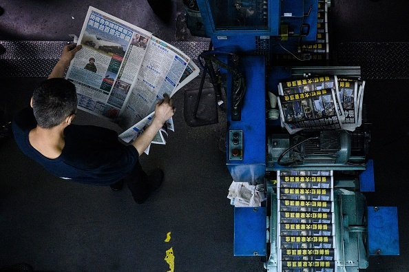 Il quotidiano Apple Daily dopo l'arresto del direttore e di quattro dirigenti