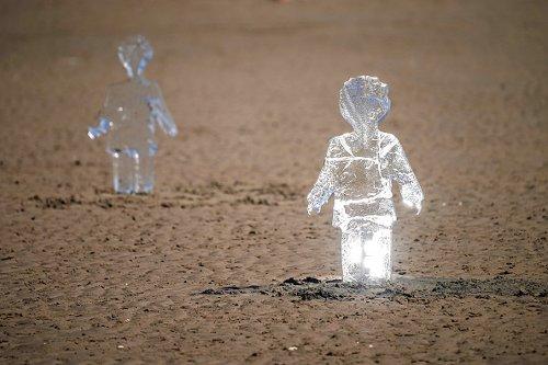 Sculture di ghiaccio di bambini installate su New Brighton Beach