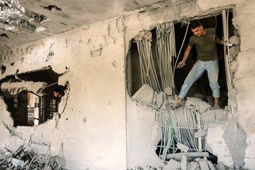 Danni causati da un attacco aereo israeliano alla Banca Nazionale Islamica a Gaza