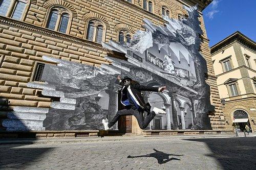 """""""La Ferita"""", installazione di JR sulla facciata di Palazzo Strozzi a Firenze"""