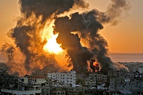 Un incendio a Khan Yunish dopo un attacco aereo israeliano