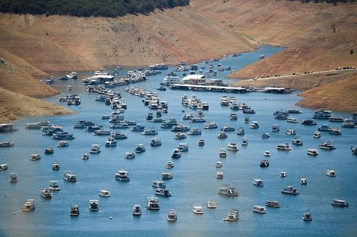 Houseboats moored on Lake Oroville