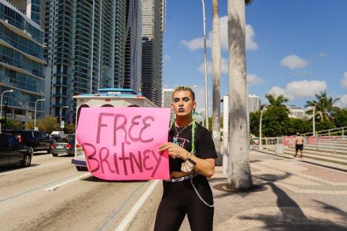 Un fan di Britney Spears durante una protesta #FreeBritney