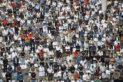 Preghiera del venerdì nell'iconica piazza Taksim di Istanbul
