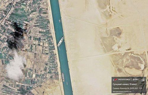Un'immagine satellitare della nave che blocca il canale di Suez