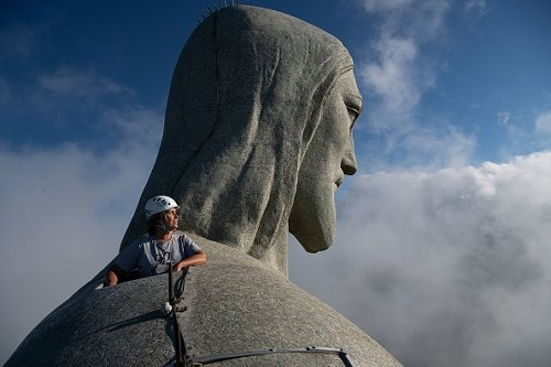 L'architetta Cristina Ventura sulla statua del Cristo Redentore a Rio de Janeiro