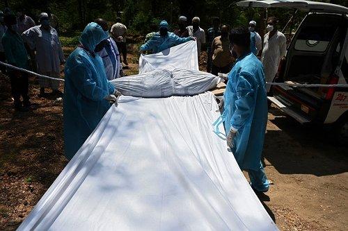 Cimitero per vittime di Covid in India