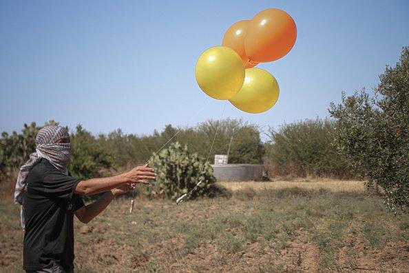 Palloncini incendiari lasciati attraverso la recinzione a est della città di Gaza