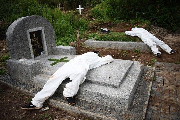Addetti di un cimitero per vittime di Covid a Bandung in Indonesia