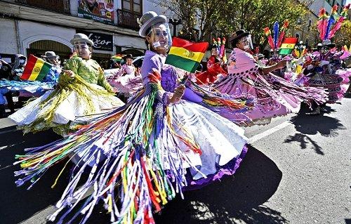 Ballerini eseguono la danza popolare andina Morenada