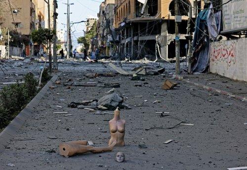 Le macerie dopo gli attacchi aerei israeliani alla torre Al-Jawhara a Città di Gaza