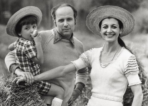 Carla Fracci con il figlio Francesco e il marito Beppe Menegatti nel 1973