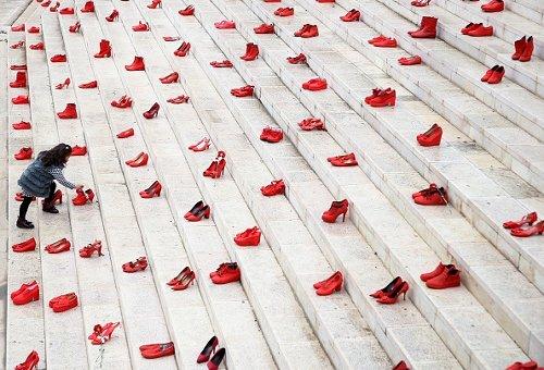 Installazione di scarpe rosse su una scala, Tirana